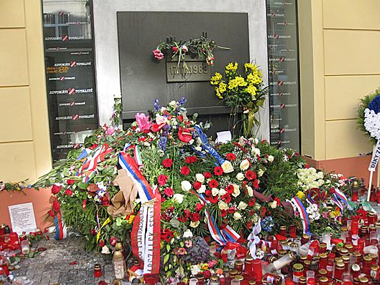 Praag_Fluwelen_revolutie_monument.jpg