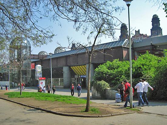 Praag_centraal_station_brutalist_ingang.jpg
