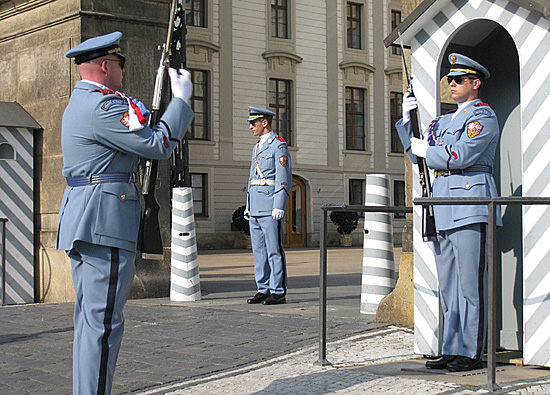 Praag_kasteelwacht_zomer_uniform.jpg
