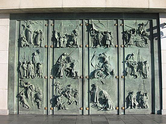 Praag_vitkov_monument_deuren.jpg