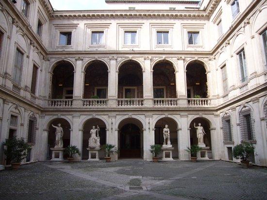 Rome_Palazzo_Altemps_-_cortile_1010531.JPG