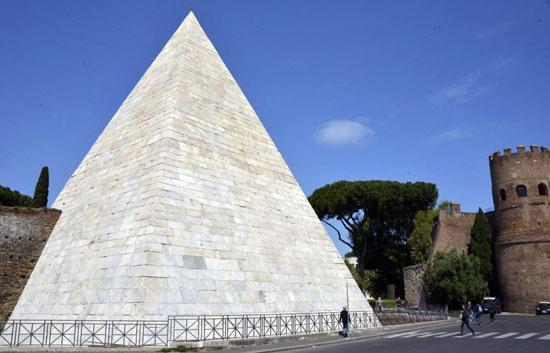 Rome_campo-cestio-pyramide